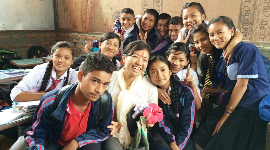 ネパールの学生と交流する日本人建築ボランティア